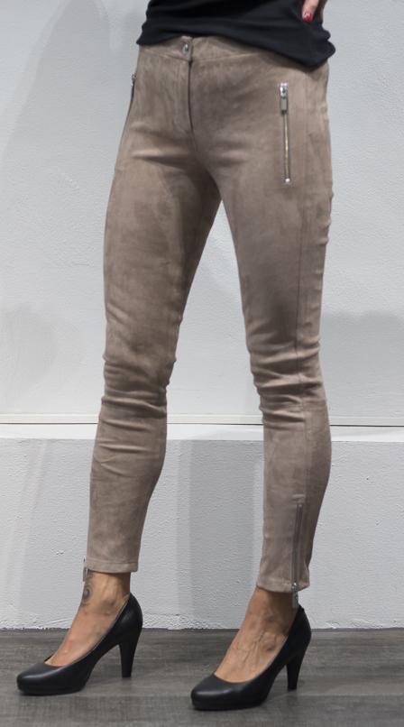 Skinnbukse fra Arma, finnes i beige og mørkblå