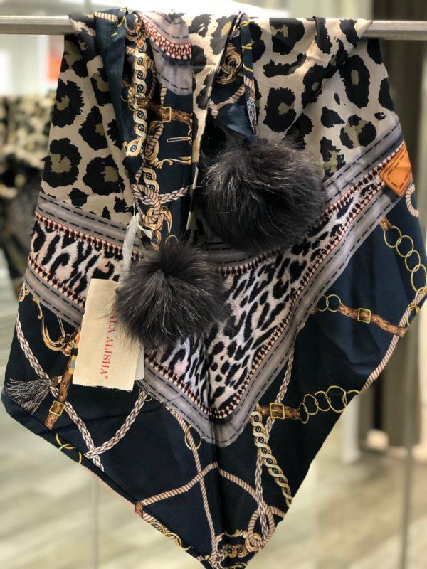 Sjal fra Mala Alisha med pelsdusker