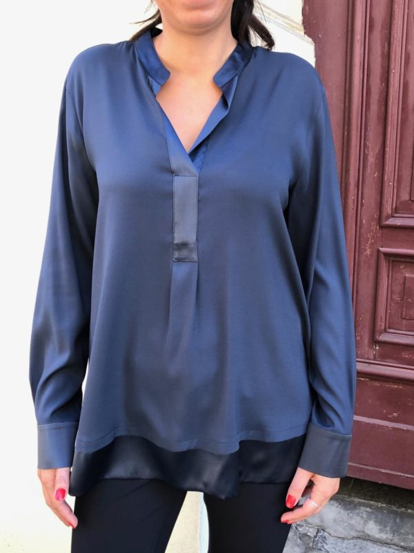Bluse fra Max Vomary, finnes i sort og mørkeblå