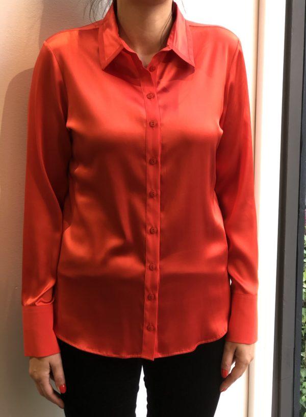 Silke skjorte fra Max Volmary, finnes i rød og pudder